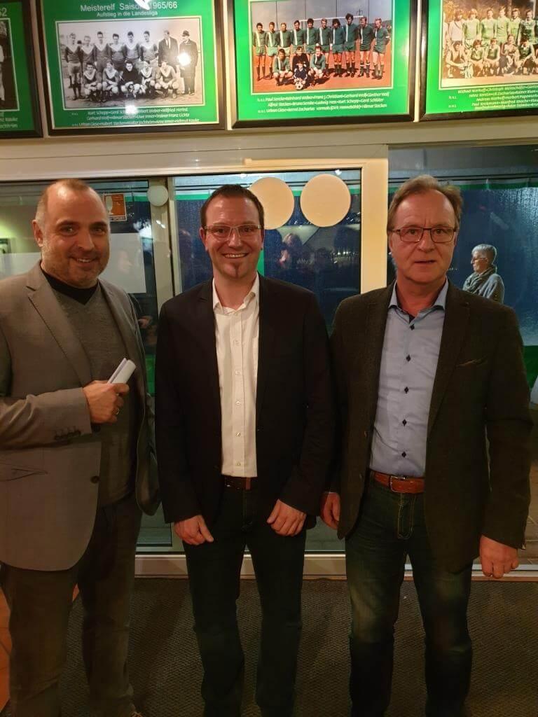 Bürgermeister Ralf Paul Bittner, Thomas Weber (1. Vorsitzender des TuS) und Wilhelm Hertin (Dorfgemeinschaftsvorsitzender)