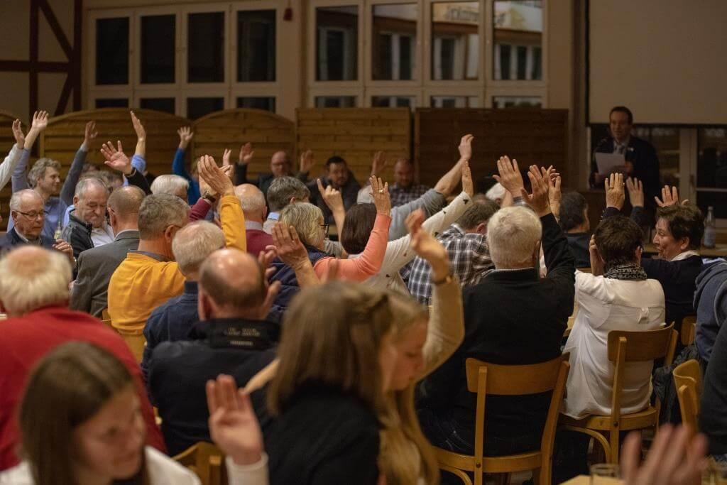 Gut besuchte Schützenhalle: Abstimmungen am laufenden band.