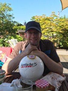 Olaf posiert mit Sieger-Medaille und Fußball vom Krombacher Kreispokal